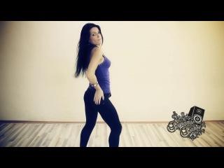 Девушка очень красиво танцует