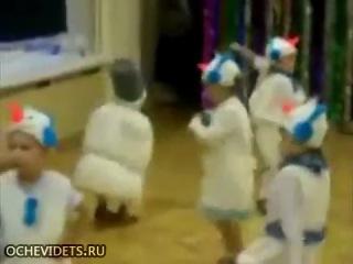 Четкий снеговик на утреннике в детском саду
