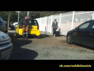 Эксгибиционист на улице снимает себя на видеорегистратор как он показывается голым прохожей женщине