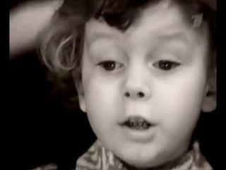 маленький мальчик читает стих про войну Роберта Рождественского