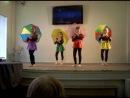 школьное выступление (танцы).Танец с зонтиками