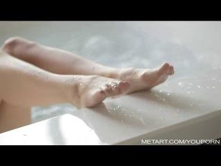 Красивая брюнетка купается голой в джакузи