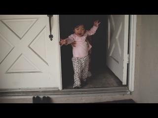 Маленькая девочка впервые увидела дождь! Очень трогательно!
