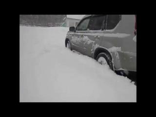 X-Trail прёт по рыхлому снегу