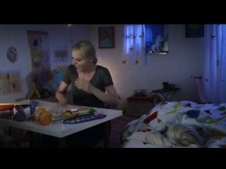 Мама укладывает дочь спать под The Prodigy – Firestarter