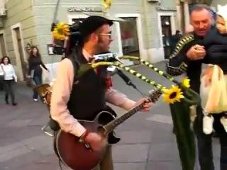 Уличный чудо музыкант :)
