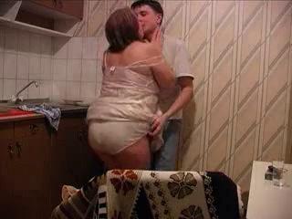 Секс с мамой на на кухне