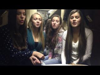 Девушки поют в вагоне поезда