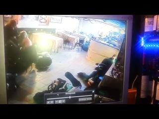 САНКТ-ПЕТЕРБУРГ: Сотрудники ОМОНа избивают посетителей кафе ...