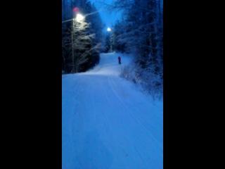 Чемпионка по езде на лыжах с горки :)
