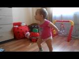 Ребенок танцует под песню Барбариков