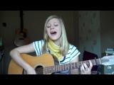 Девочка классно играет на гитаре и поет французскую песню