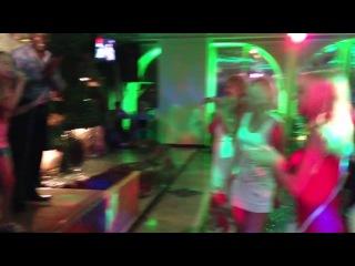 ева зажигает авторскую песню в ресторане