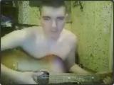 Михаил играет на гитаре. Неделя до дембеля.