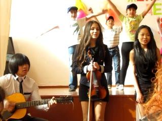 Просто просто мы маленькие звёзды,пой вместе с нами,танцуй вместе с нами!Все знаем движенья,снимаем напреженье!Ай будет