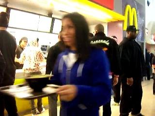 Рианна и Крис Браун в McDonalds (Окленд, Новая Зеландия)
