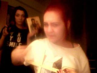 жескачь. жесть. очень шокирующее видео. девушка глотает ножницы :D