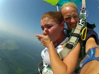 Прыжок с парашюта)) столько эмоции и криков )))девушка коры мочит))жеесть