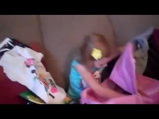 Женская реакция на подарок(Девочке подарили подарки и в конце обрадовали поездкой в Диснейлэнд,о которой она так мечтала!)