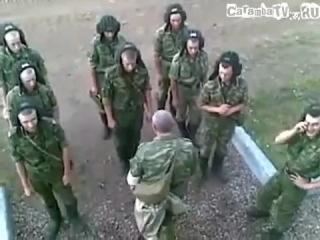 В русской армии учат управлять танком.