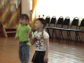 Женечка поет песенку про божью коровку)))