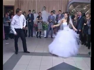 Невеста и жених танцуют  на свадьбе вальс,тиктоник,стрид степ и др.!!!!!)