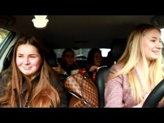 6 девчонок в машине, одна из них блондинка и она за рулем;)