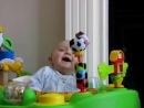 Ребенок наблюдает, как высмаркивается мама.mp4