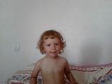 Карина сама себе поет песню))) 2,5 годика