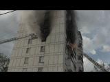 Сильный пожар в жилом доме в Москве: пожарные едва не сгорели, но спасли человека