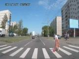 Бабушка переходит дорогу.