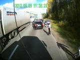 Дальнобойщики побили вымогателей на дороге и перевернули их машину