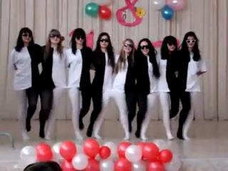 Танец в черно-белых костюмах