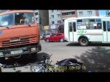 авария с участием скутеристов,камаз поздно включил поворот