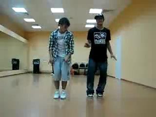 прикольно танцуют)) (танец хаус)