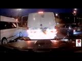 Огромный грузовик не сумел остановиться на красный свет и протаранил все авто на своем пути
