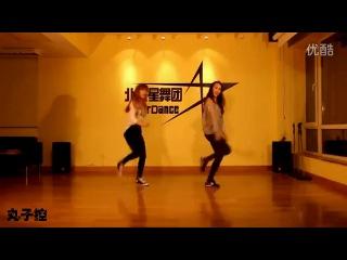 Симпатичные девушки ритмично и красиво танцуют