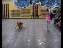 На детском утреннике юную гимнастку решила поддержать маленькая девочка, одетая в костюм лисички