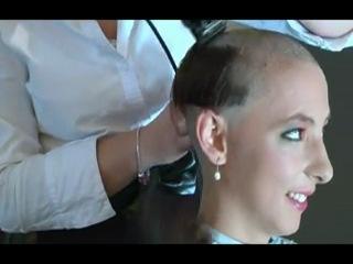 Бритье длинных волос девушки:) Лысая она круче стала:))