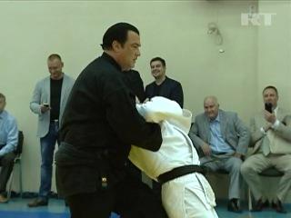 Стивен Сигал дает мастер-класс в московской школе боевых искусств