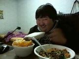 Кореец ест и смееться  (Еда ты такая смешная, ахаха прекрати)