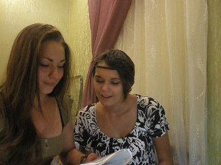 две идиотки))