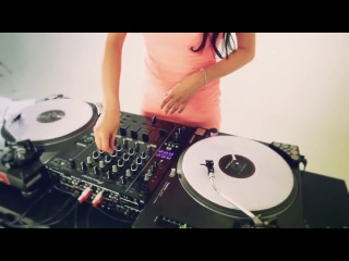 DJ Juicy M - Mixing and Scratching with vinyls