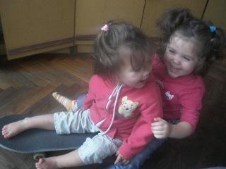 Маргоша и Алиса на скейте)