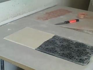 Использование трафарета с блестящей порошковой краской