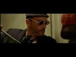 Удаленная сцена из «Леона»: Матильда учит Леона залеплять дверные глазки жевачкой