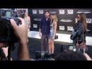 """Актёры Zac Efron и Ashley Tisdale позируют камерам на премьере фильма """"Рок на века""""."""