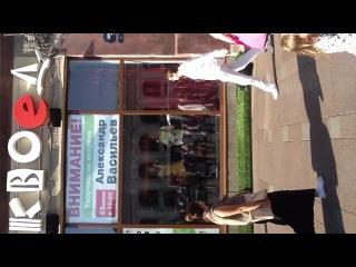 Оля Бравина выступает в витрине магазина Буквоед