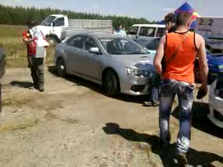 В тачке серой где стоит девушка после гонок пробился бак!!!Машину запровляли ,а с днища потёк бензин машину откатыва