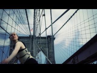 Девушка-арфа сыграла на Бруклинском мосту
